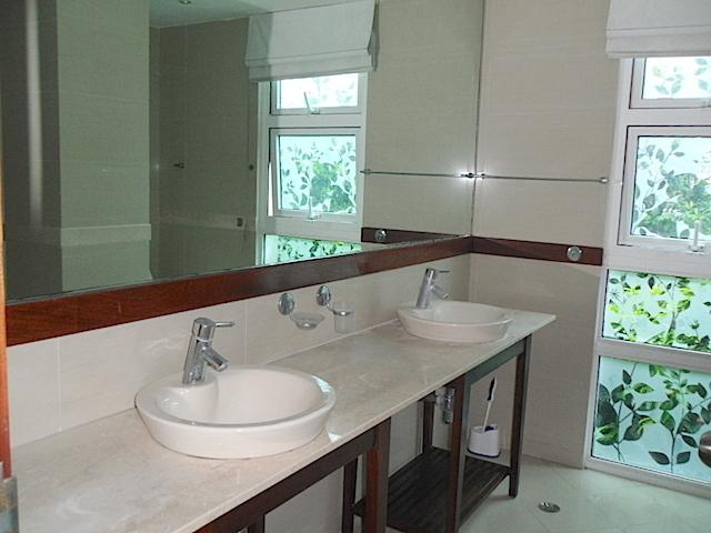 10 de 16: Baños actualizados con ventilación