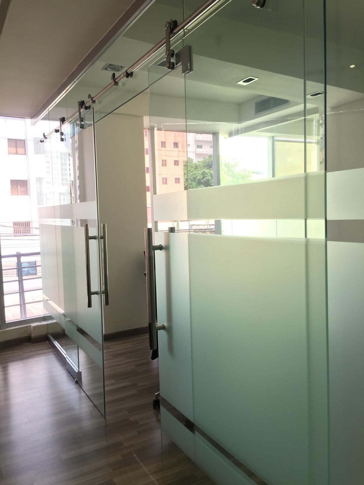 1 de 12: Pasillo de acceso entre oficinas