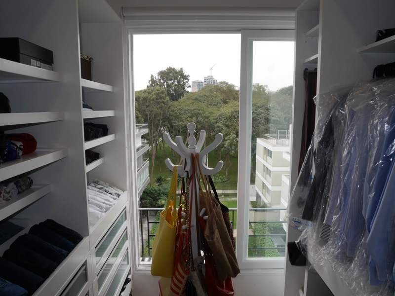 14 de 43: Amplio walk-in-closet privado cin vista a parque