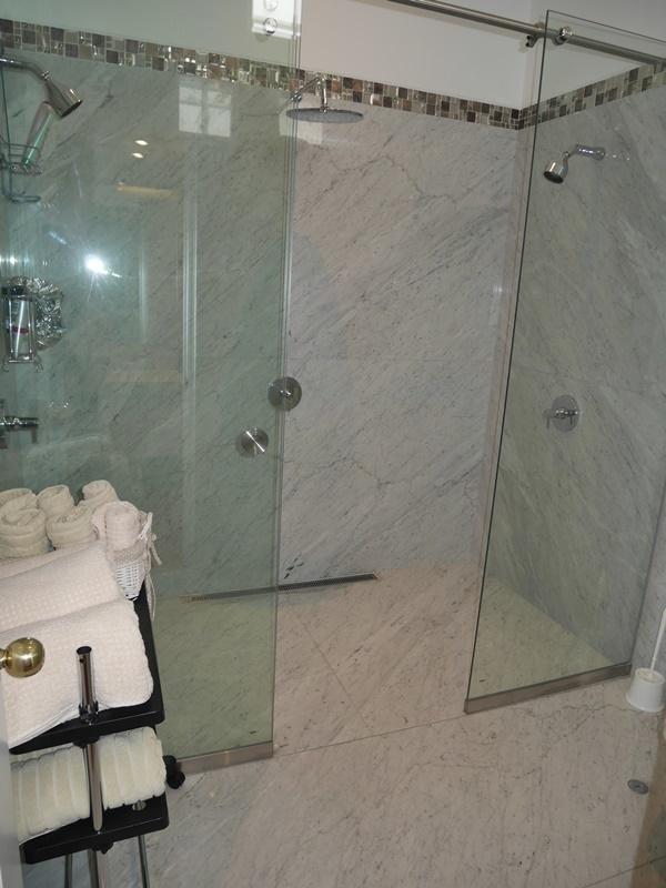 22 de 43: Segundo Baño de visitas con ducha y sauna para la piscina