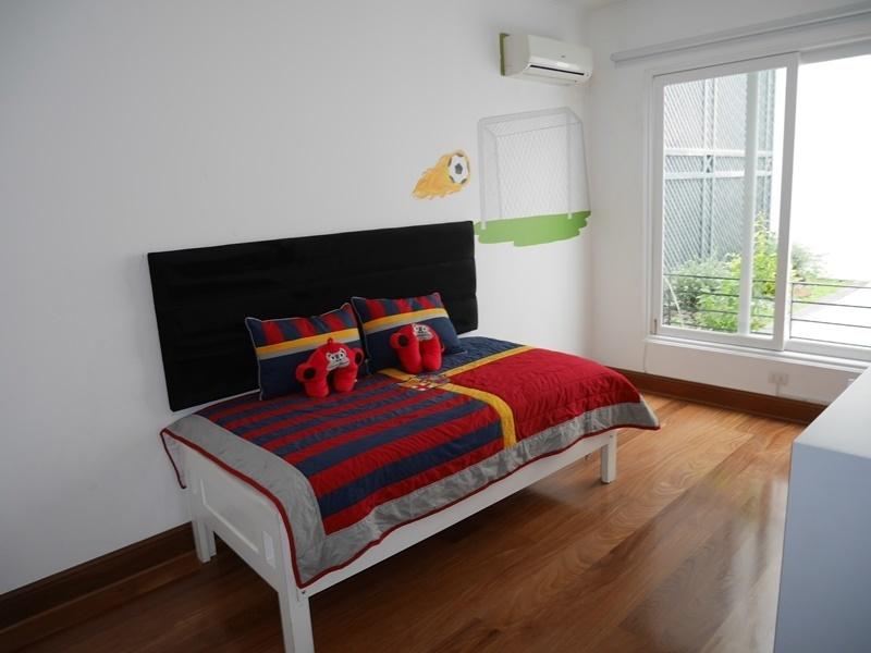 13 de 43: Dormitorio secundario único con vista interior a jardinera