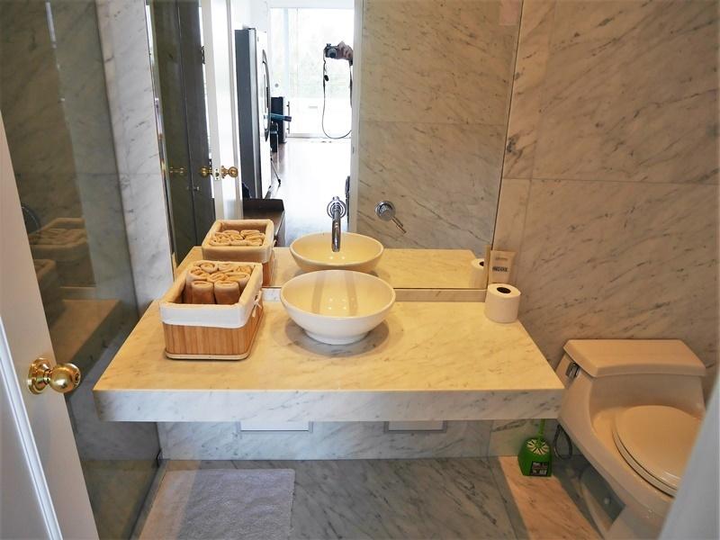 24 de 43: Segundo Baño de visitas con ducha y sauna para la piscina