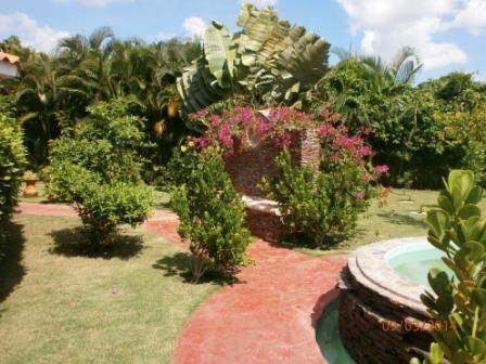 6 de 35: Jardin posterior con fuente
