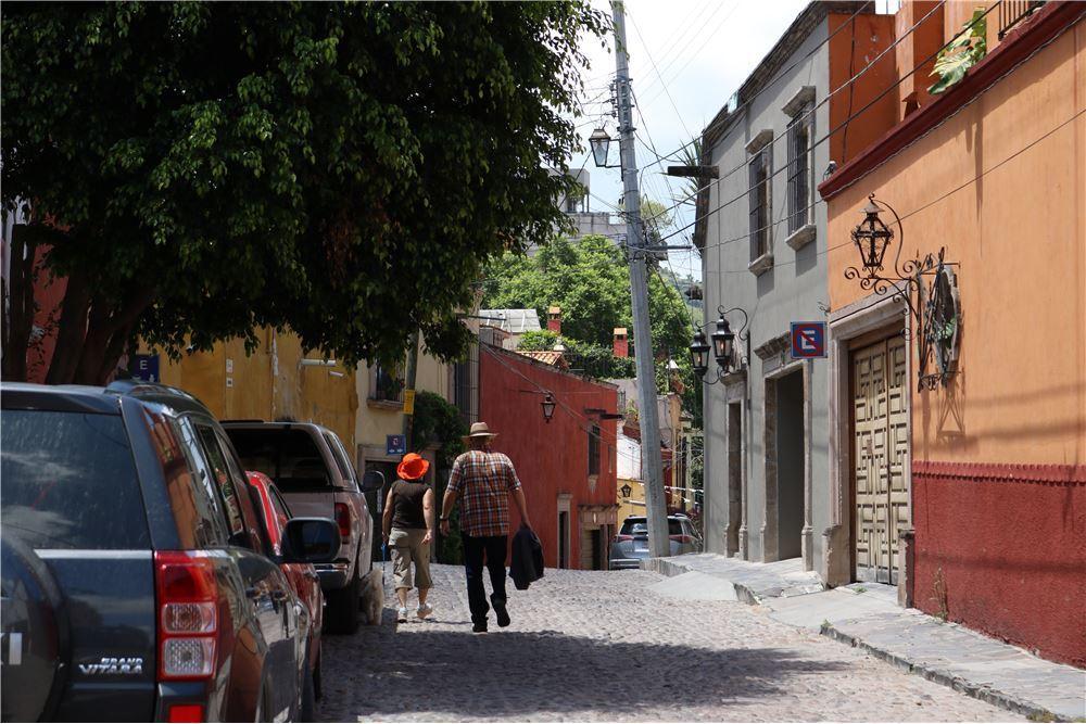 5 of 6: Vecindario 2