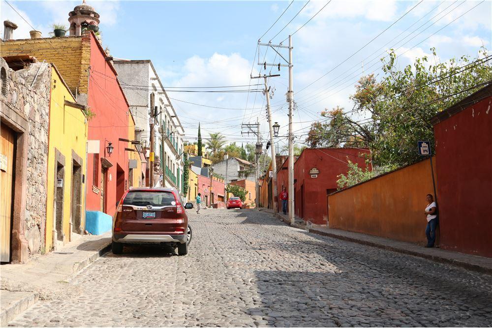 3 of 5: Vecindario