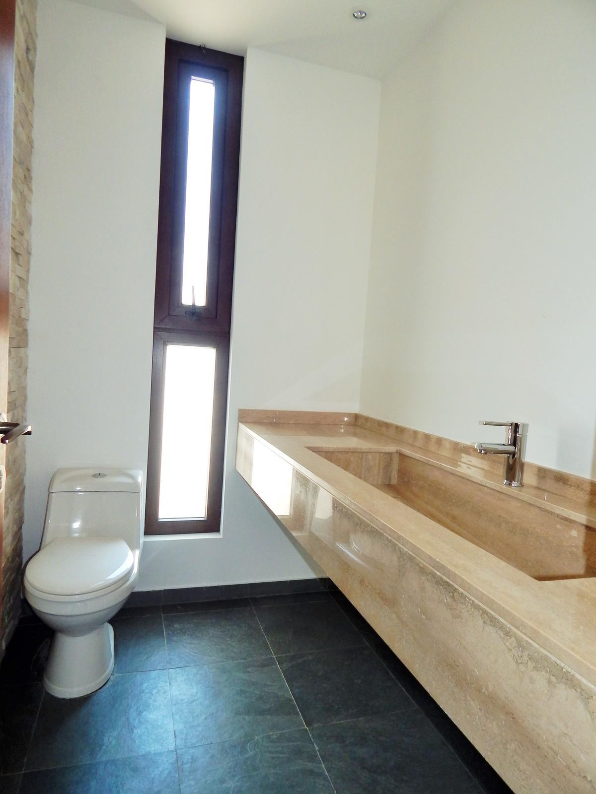 42 de 45: Baño de visitas