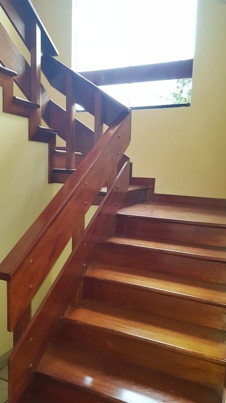 8 de 14: Escalera de acceso al segundo piso