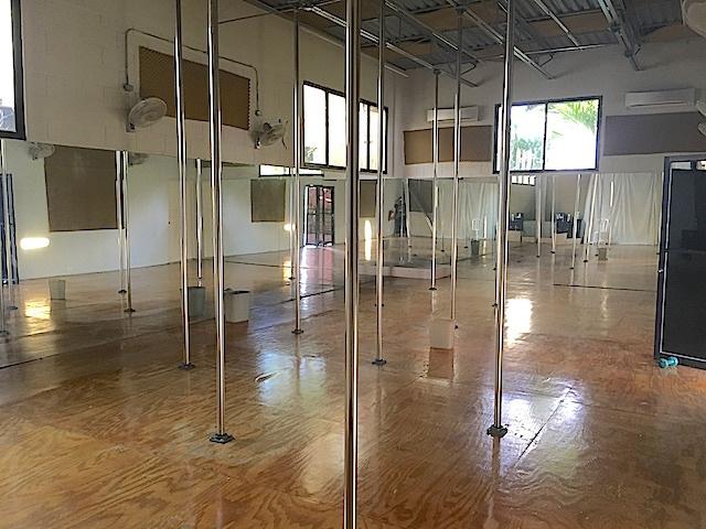 4 de 9: Salón abierto 2 con piso laminado