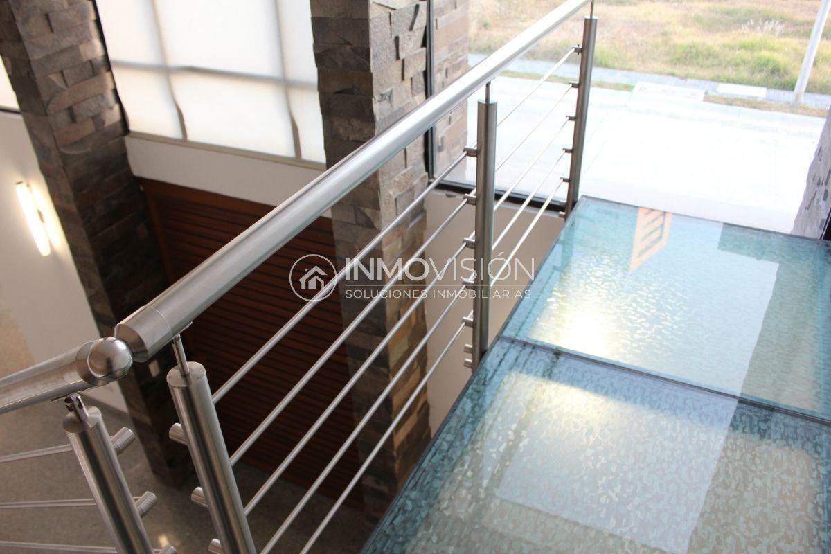 16 de 50: Escaleras voladas de acero inoxidable