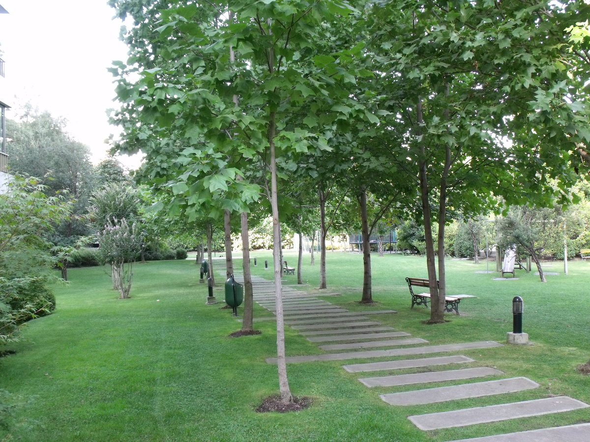1 de 48: Vista en el parque privado del edificio.