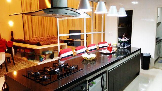 6 de 13: bancada com cooktop e armarios