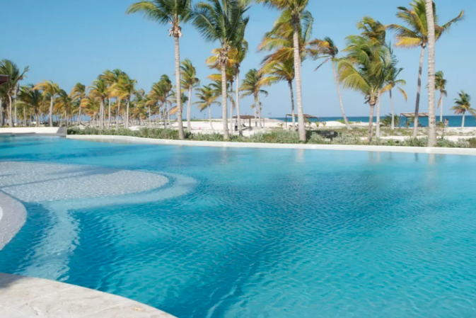 8 de 10: Beachfront common pool area for guests