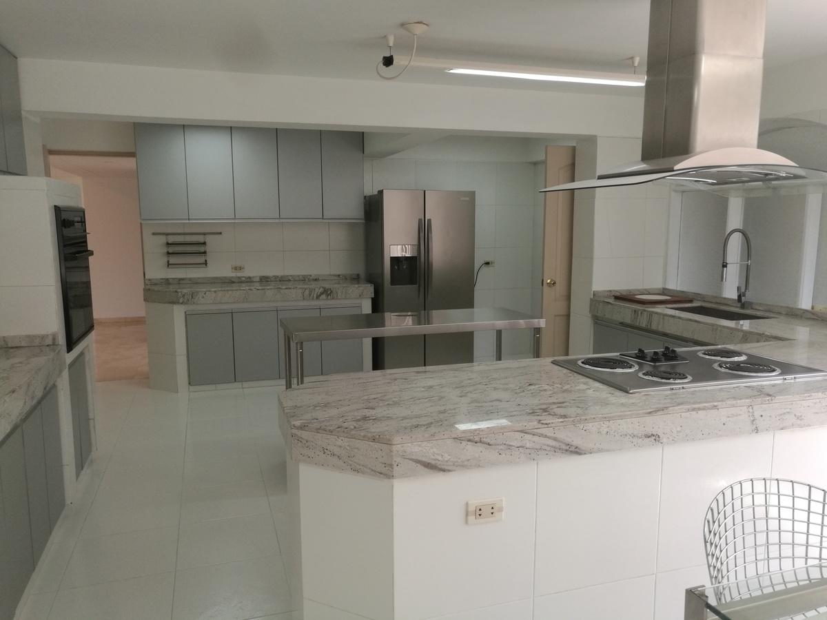 8 de 34: Moderna cocina con tableros de granito