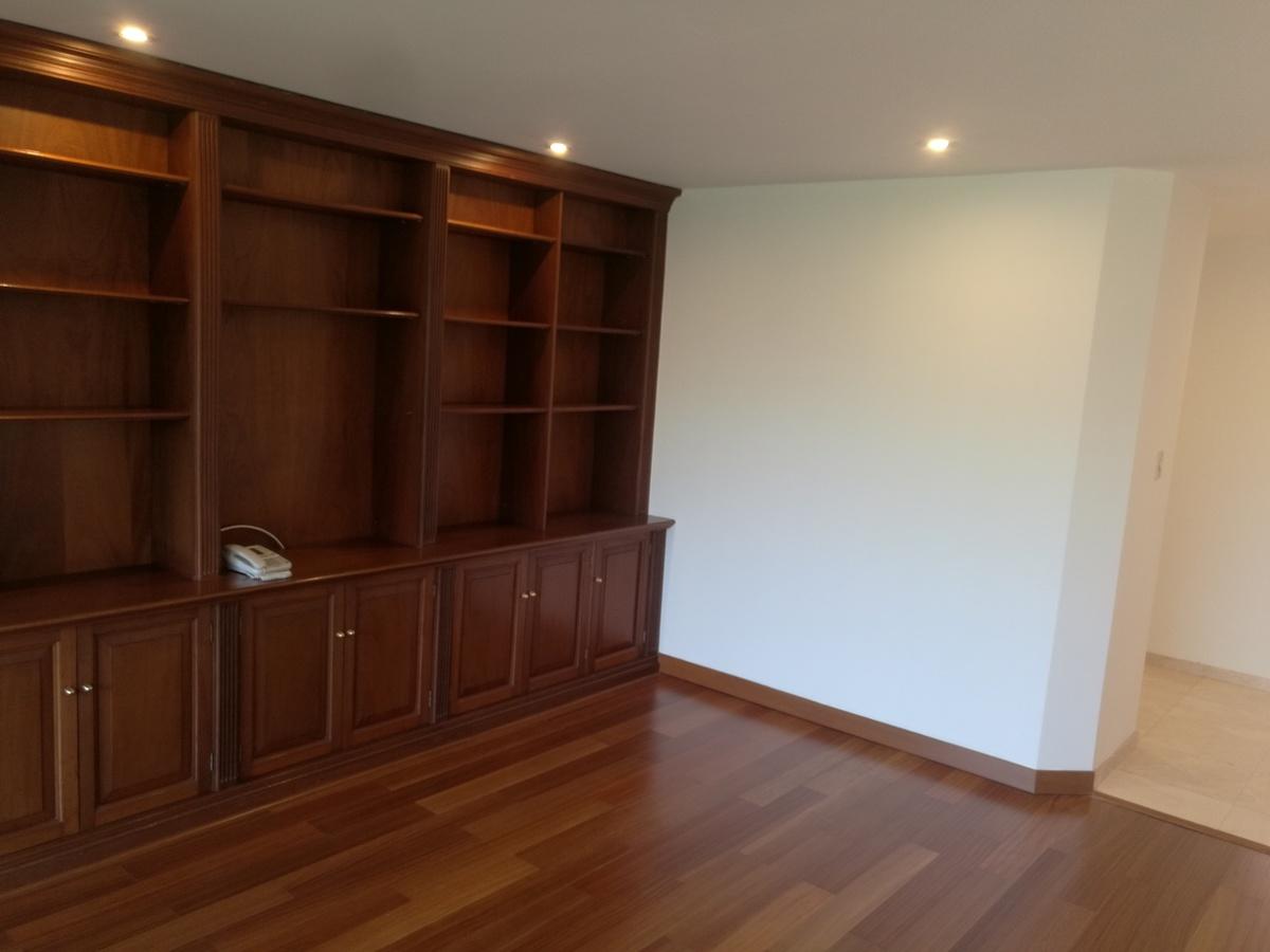12 de 34: Amplio estudio con mueble en madera