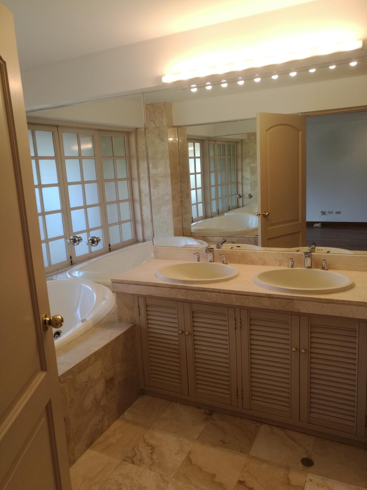 21 de 34: Baño con doble lavamanos, jacuzzi y ducha