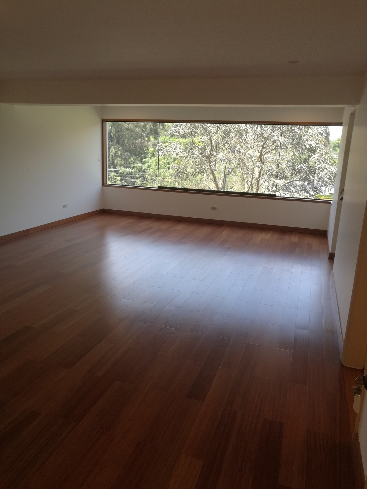 20 de 34: Dormitorio principal con baño y walk in closet