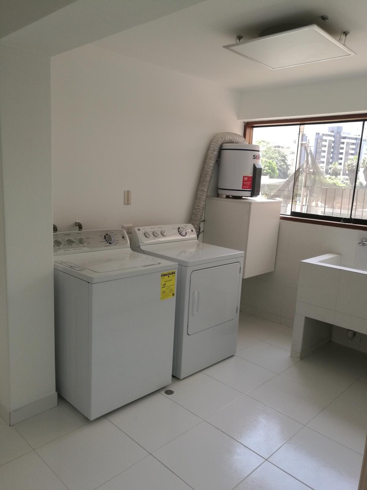 29 de 34: Amplia zona de lavandería equipada