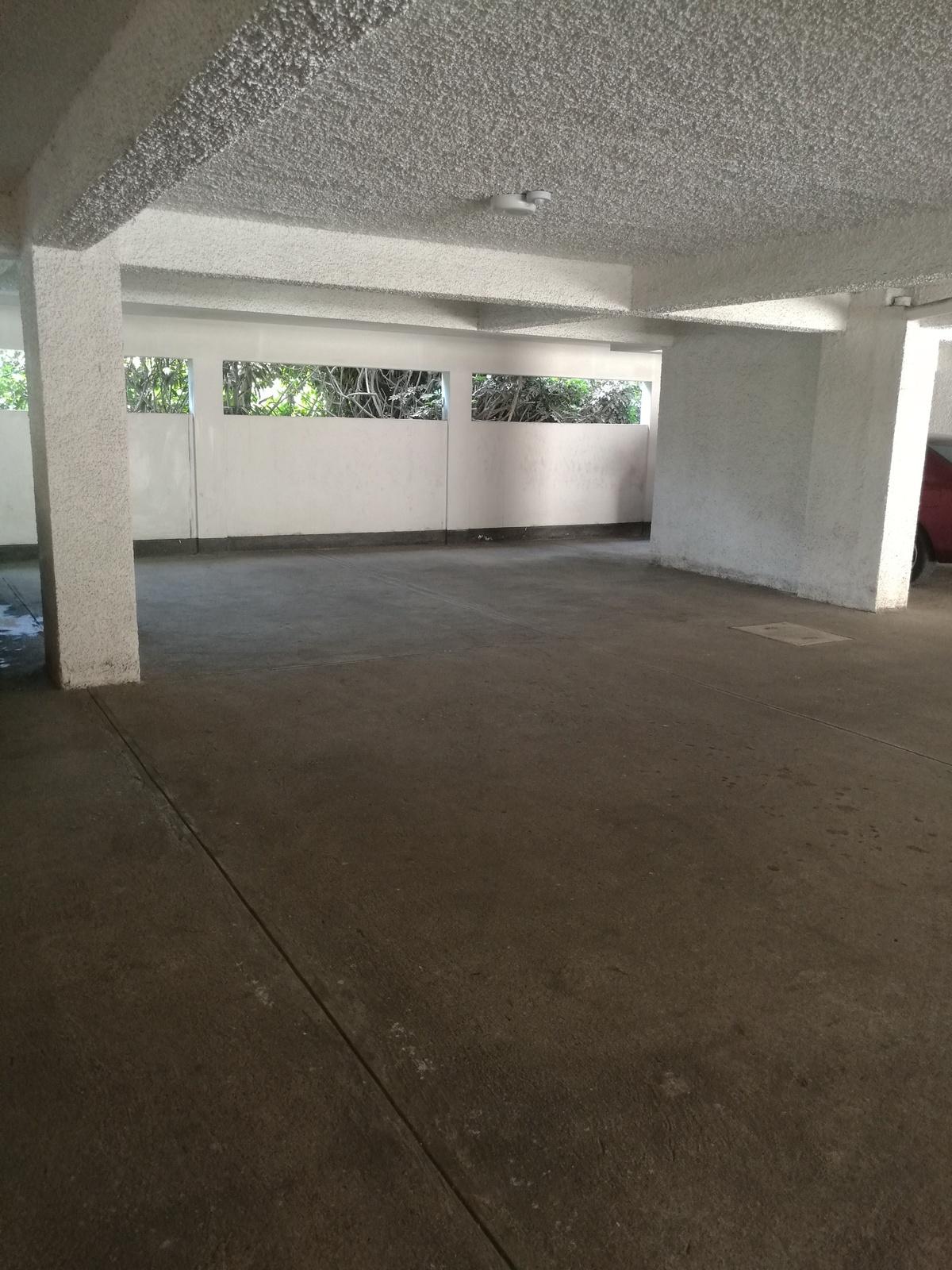 34 de 34: Amplios estacionamientos techados