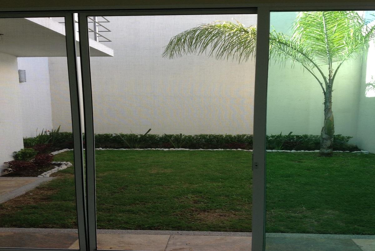 1 de 7: Jardín- Patio Trasero