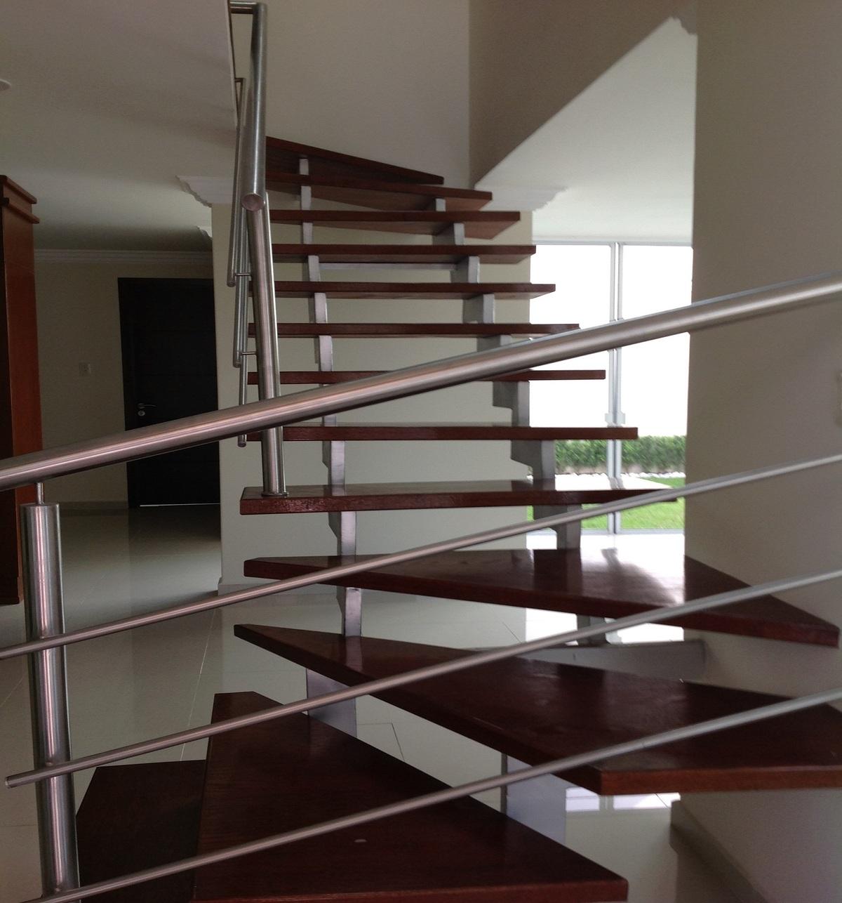 6 de 7: Escaleras al 2º piso