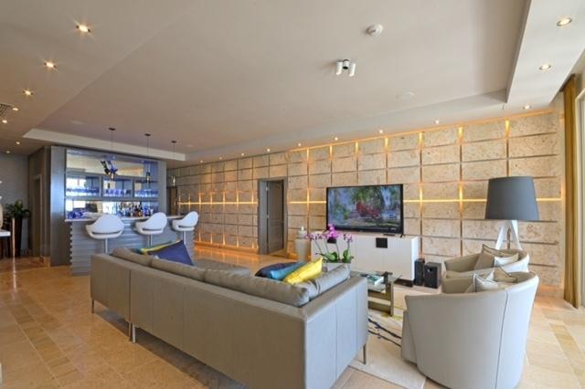 1 de 8: Living room and Bar area