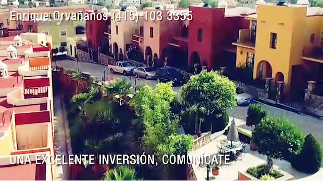 1 of 12: Vista aérea de las casas y áreas comunes