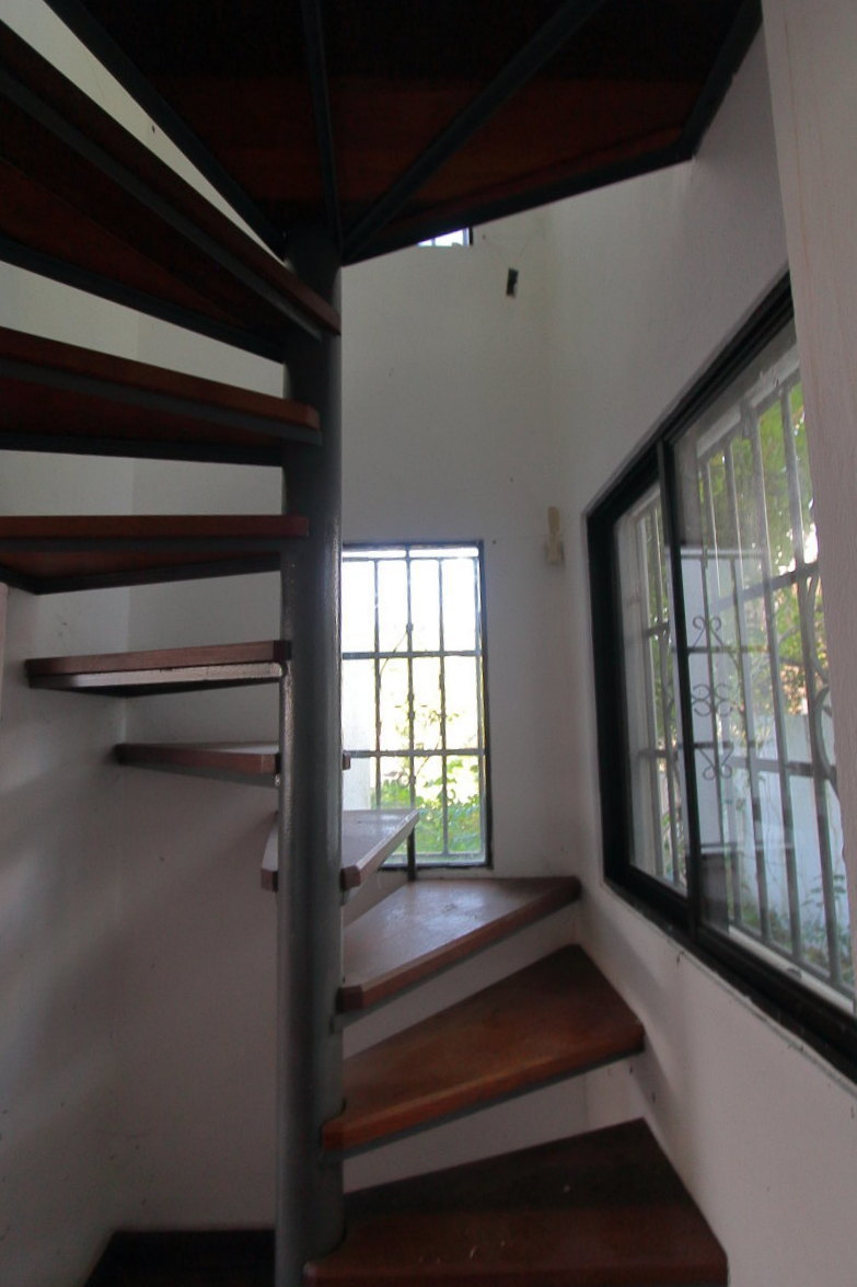 11 de 20: Escalera interna de acceso