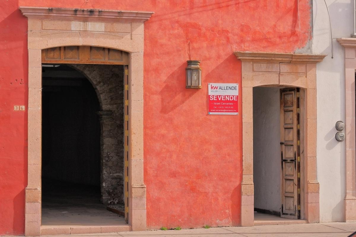 1 of 4: Frente comercial a cuadras del jardín principal