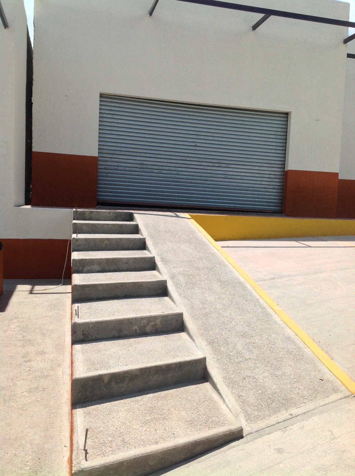 4 de 7: Rampa y escalera para acceso a la `Plaza
