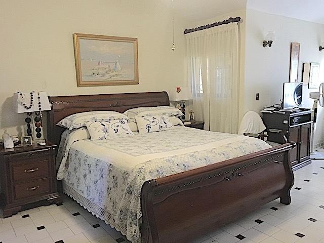 13 de 16: Amplia habitacion principal con sala propia