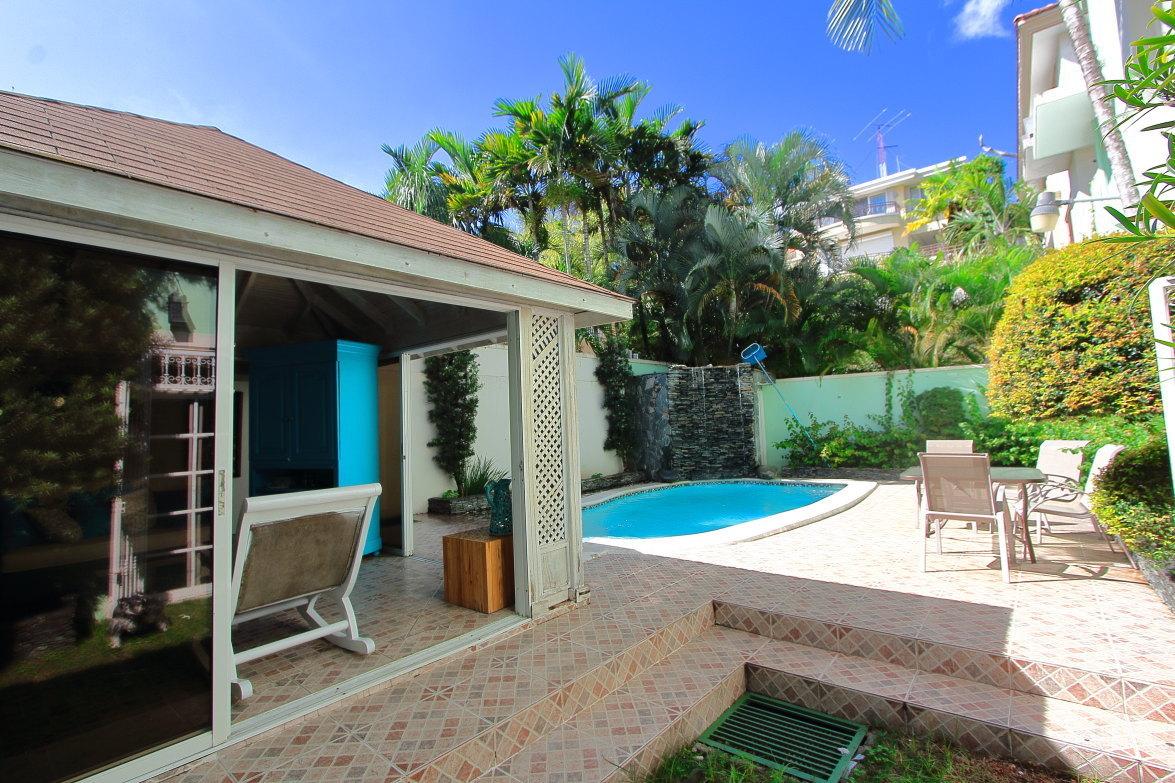 Venta de casa con 4 habitaciones patio y piscina en for Patios con piscinas desmontables