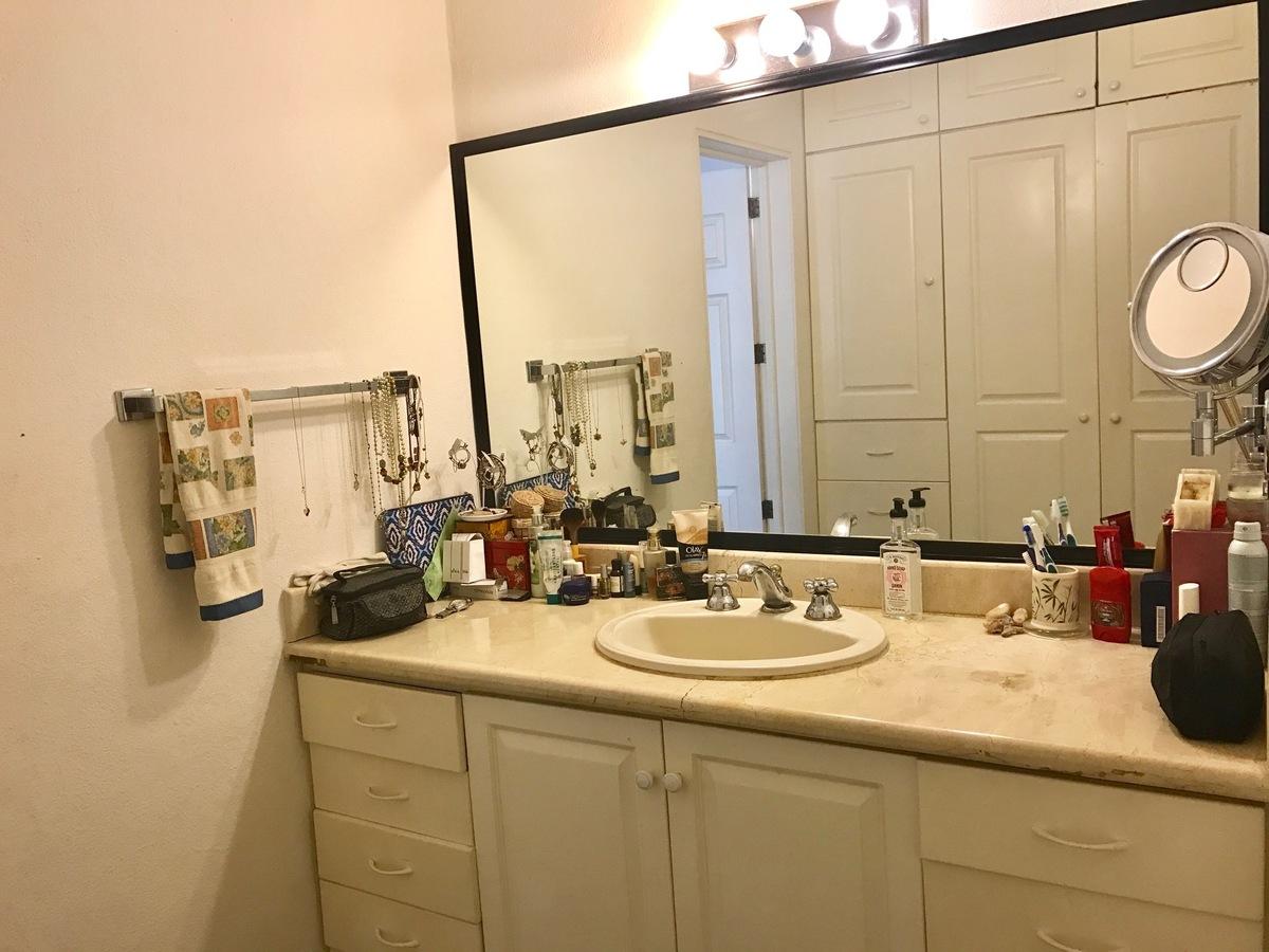 18 de 29: Master Bathroom with closet