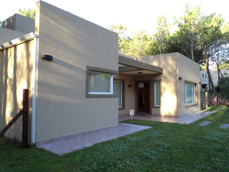 Hermosa casa minimalista a estrenar zona norte easybroker for Casa minimalista living