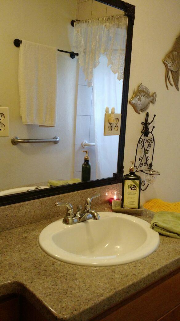 10 de 21: lavamanos con cubierta de granito