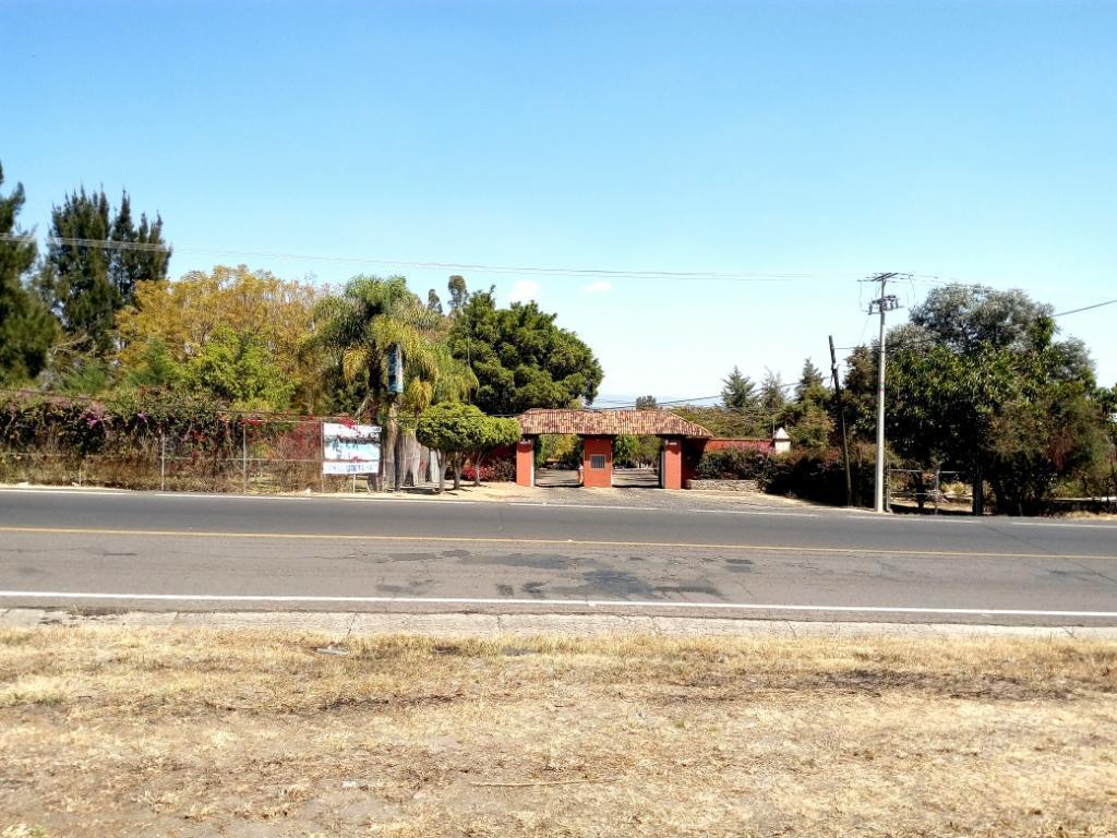 5 de 5: Esta situado Frente al Club Deportivo Hacienda de Zamora