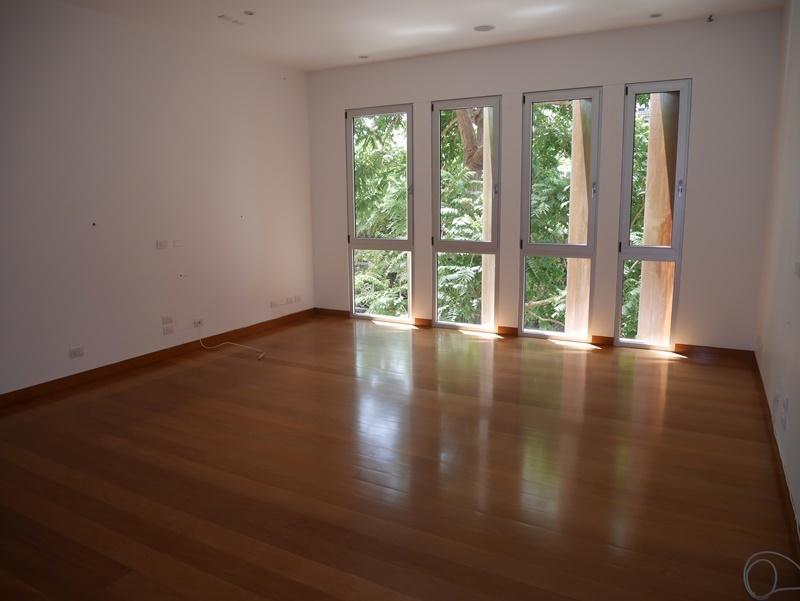 23 de 30: Gran Family room con vista a árbol frondoso