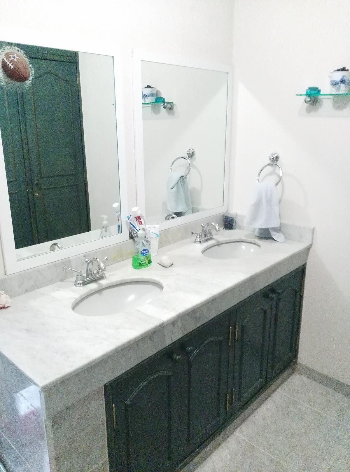 6 de 22: Doble lavabo en baño