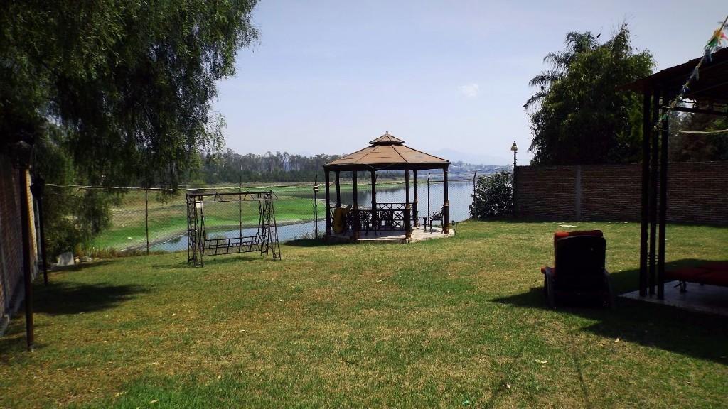 20 de 20: Jardín posterior con vista al lago