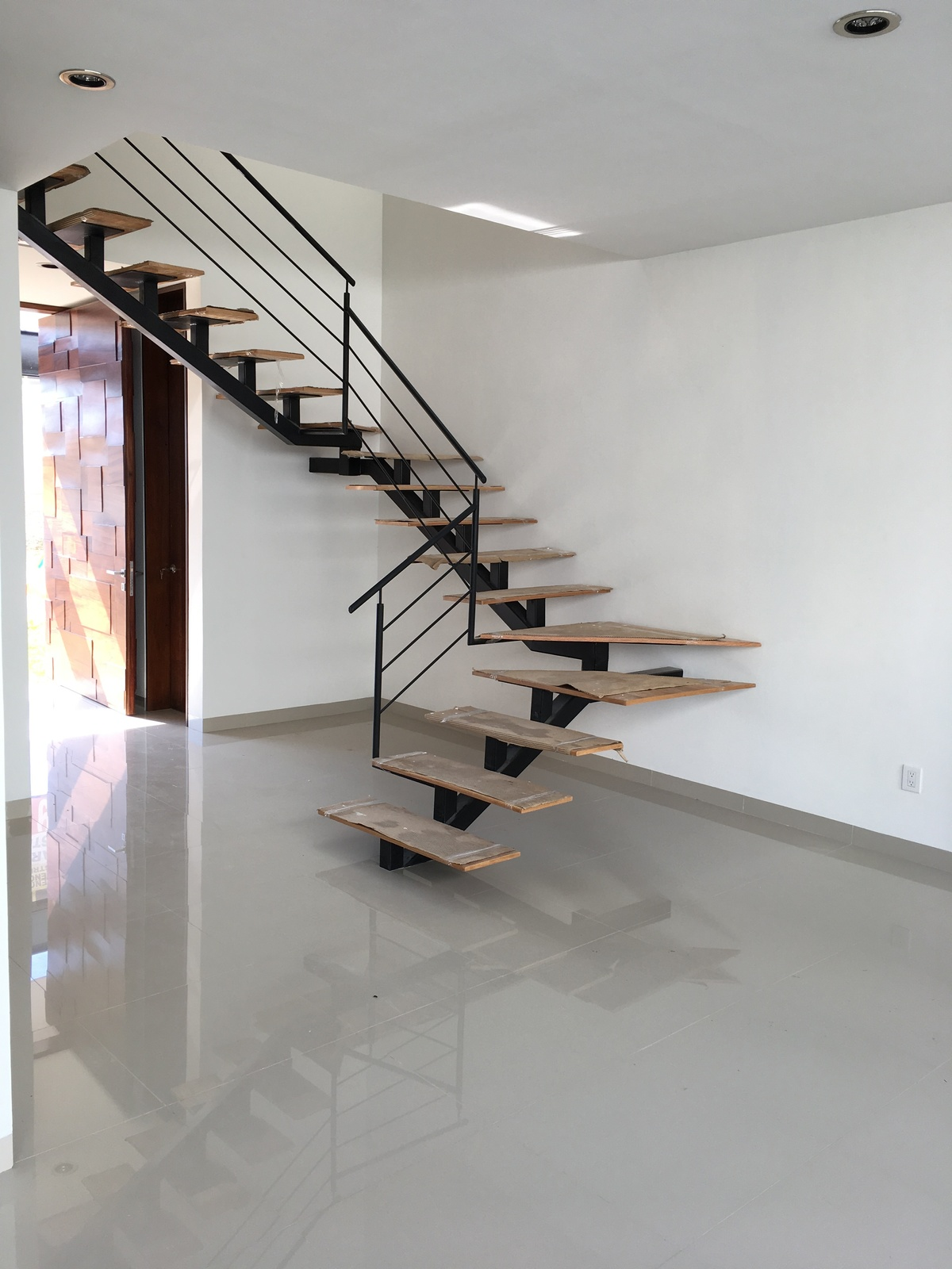 2 de 17: Escaleras al segundo nivel