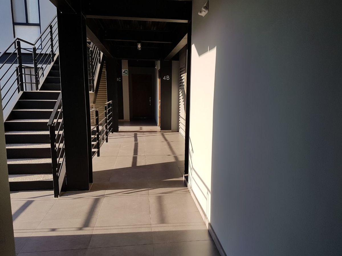 34 de 50: Saliendo del departamento , escaleras y elevador.