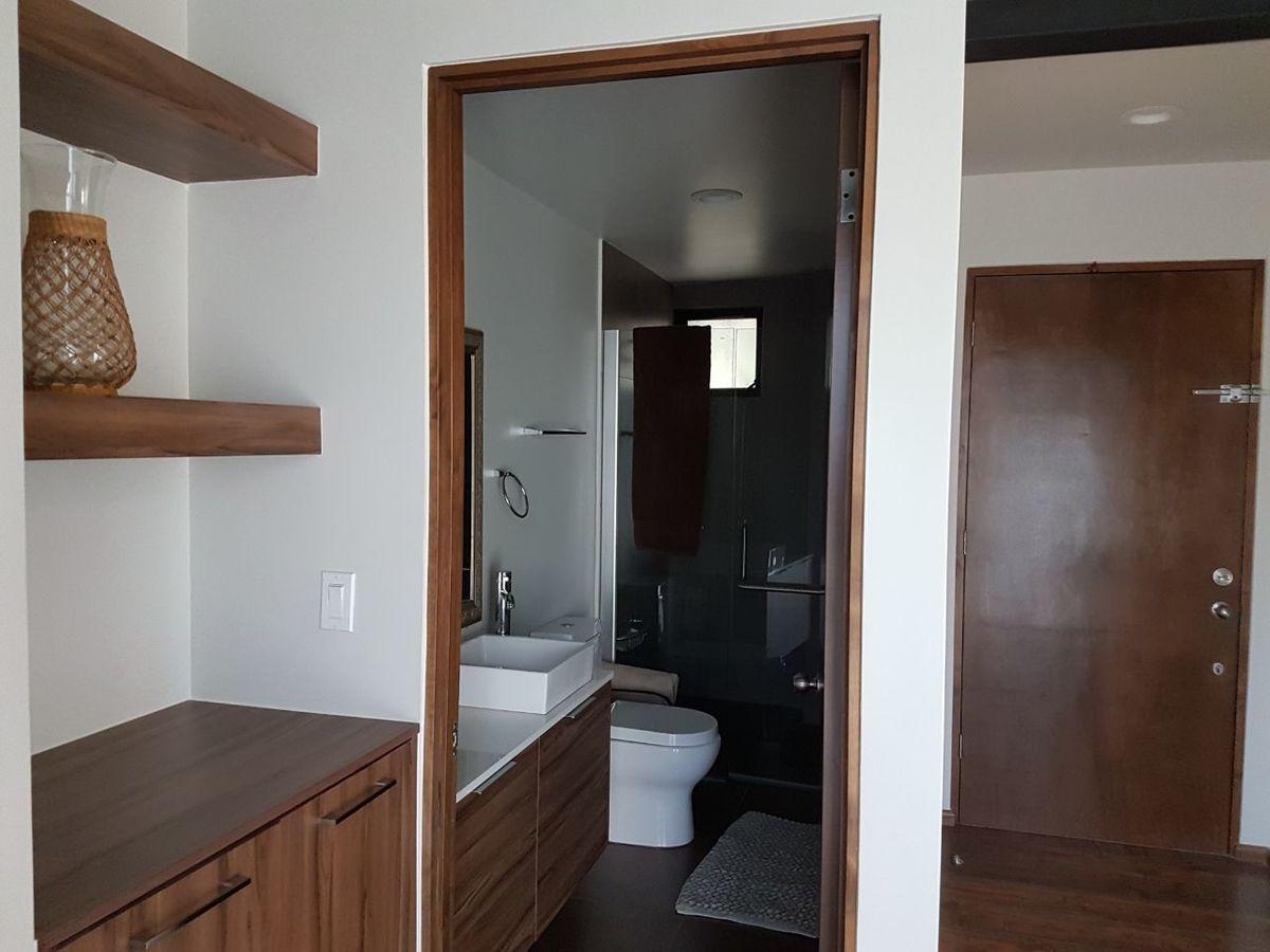 12 de 50: Puerta principal, mueble multiusos , baño completo.