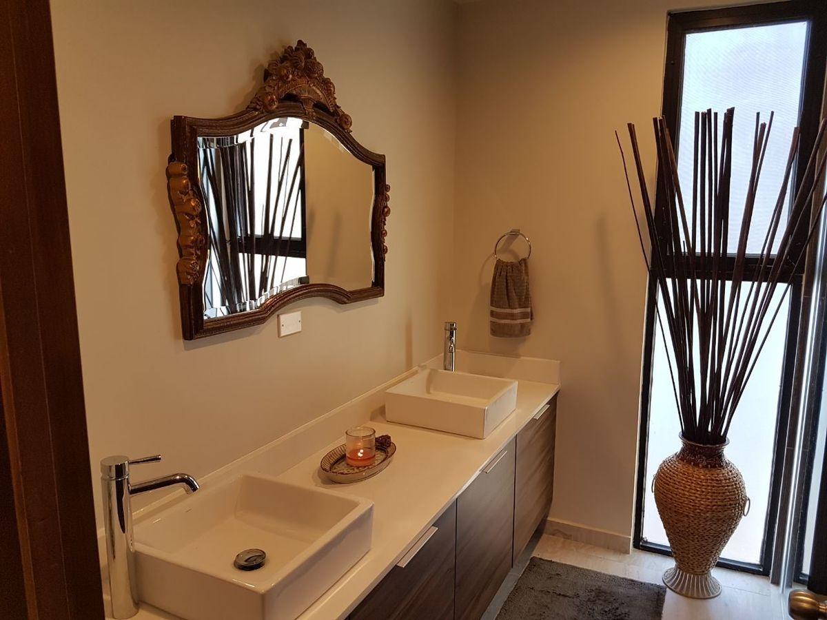 17 de 50: Mueble con dos lavabos recamara principal.