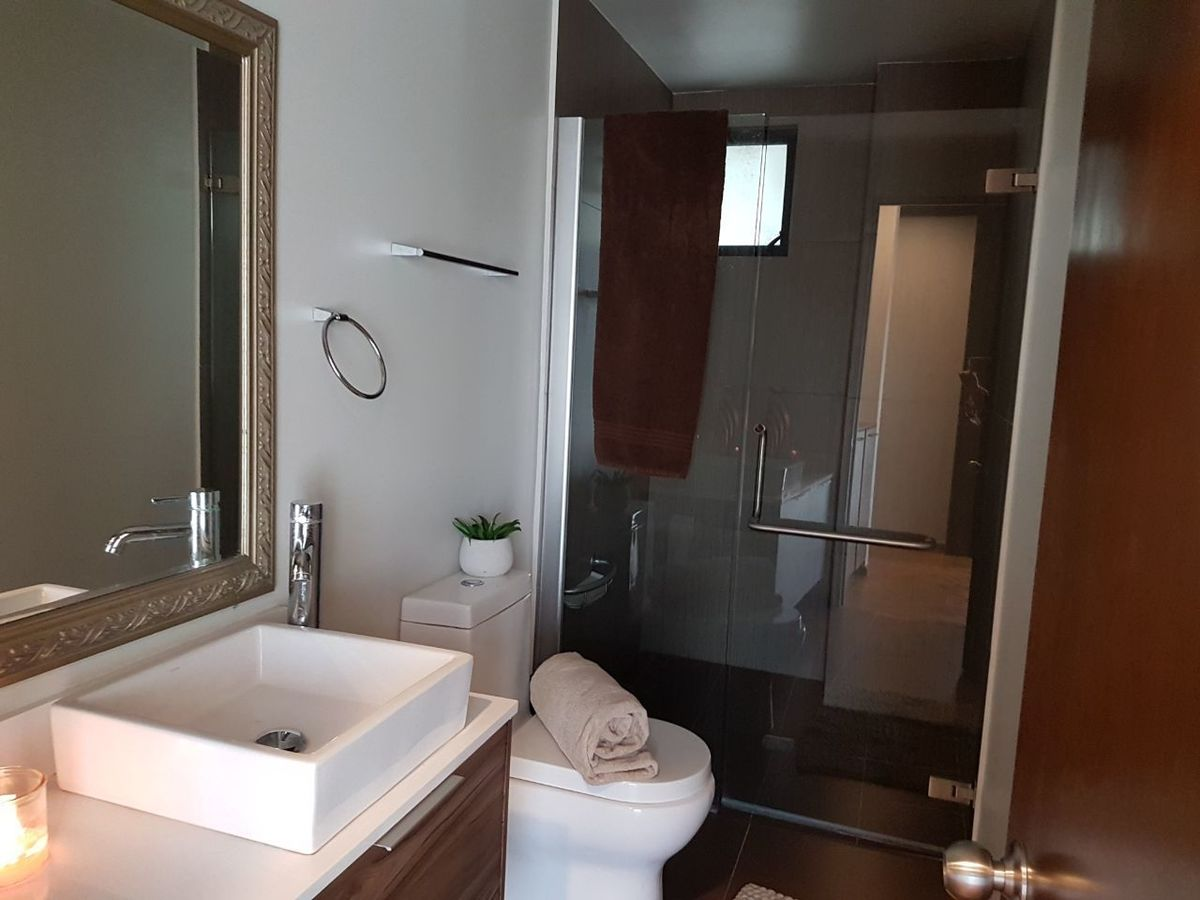 18 de 50: Baño completo pasillo.
