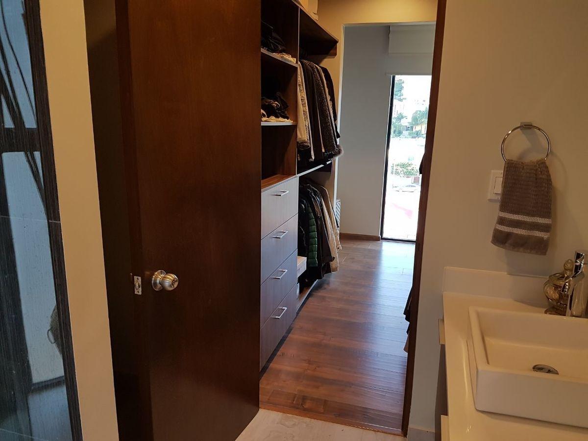 21 de 50: Lavabo y walk in closet.