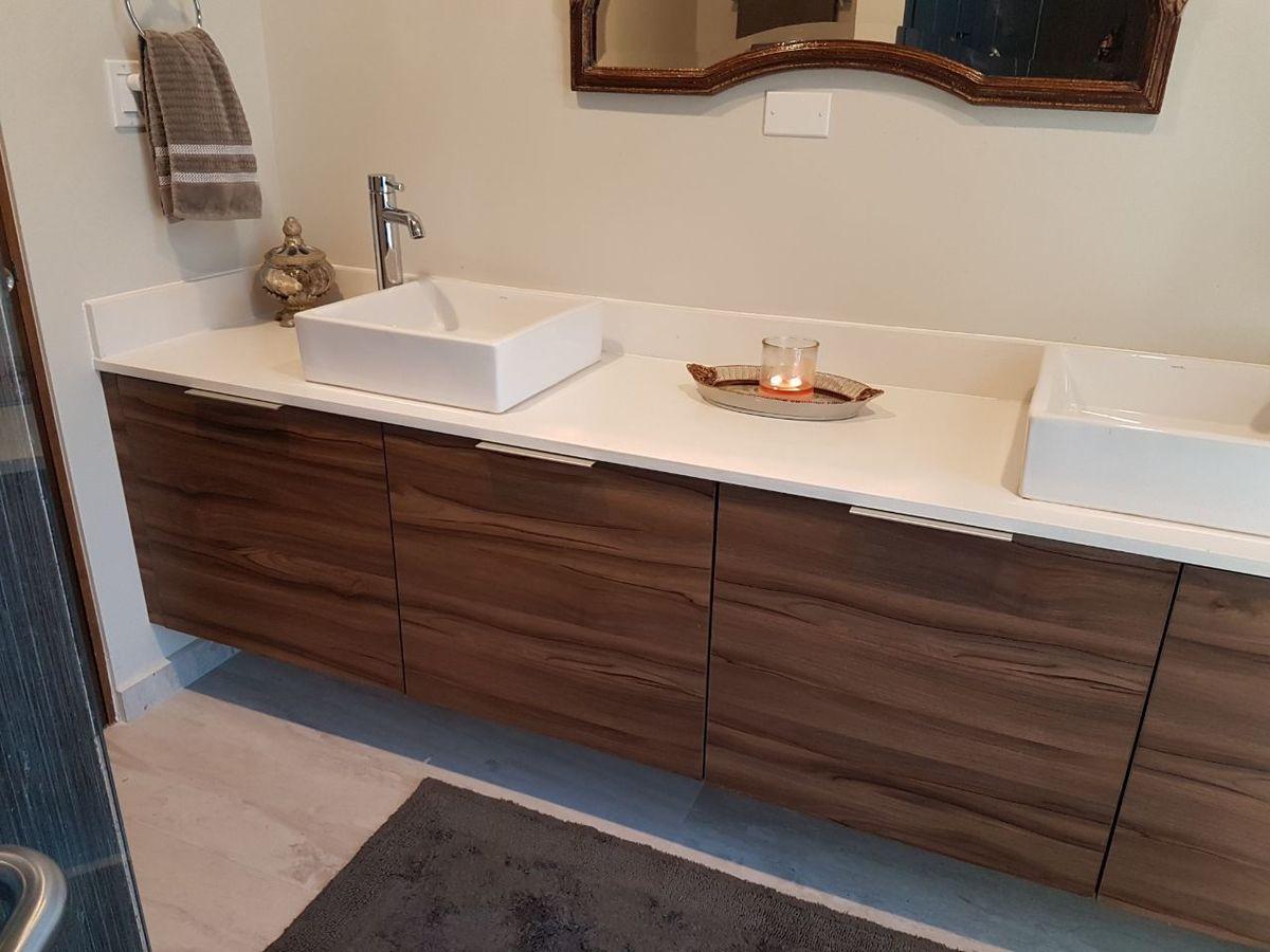 22 de 50: Mueble con doble lavabo.