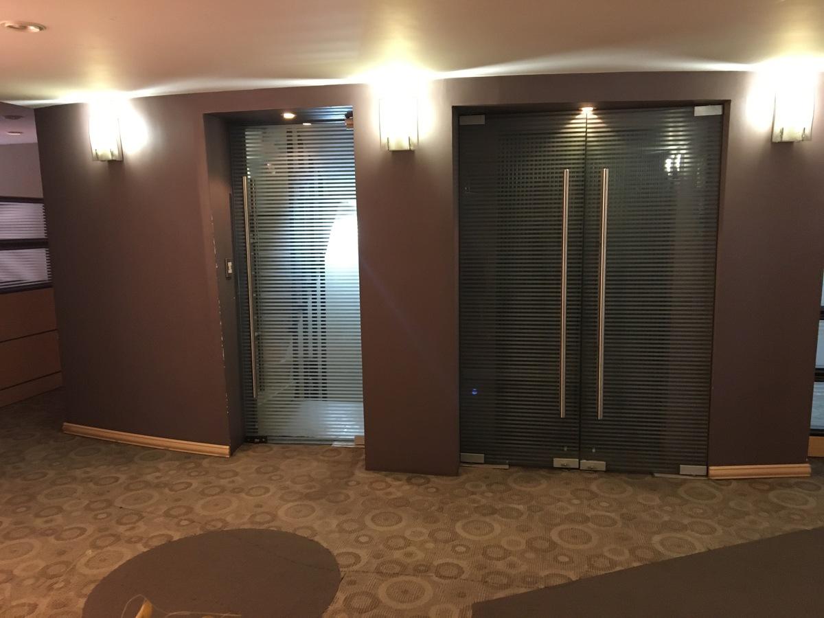 10 de 21: Elevador y puerta escalera
