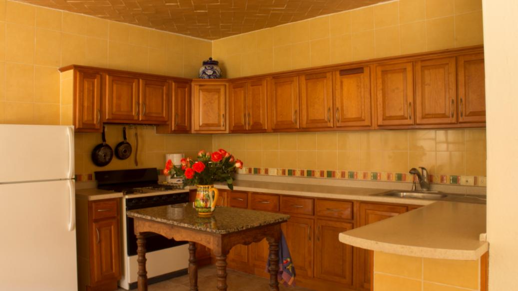 5 of 8: Cocina completa, con gabinetes suficientes para guardar todo