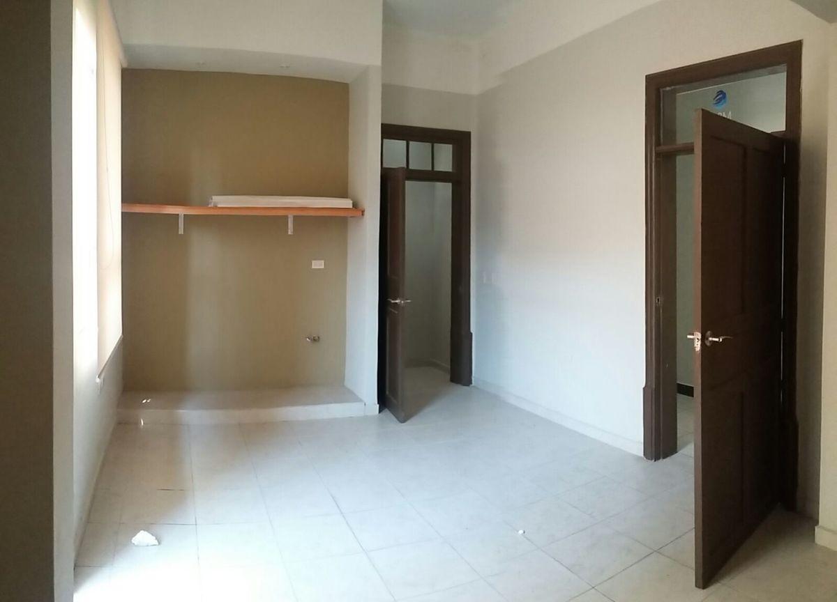 10 de 12: Oficina con baño