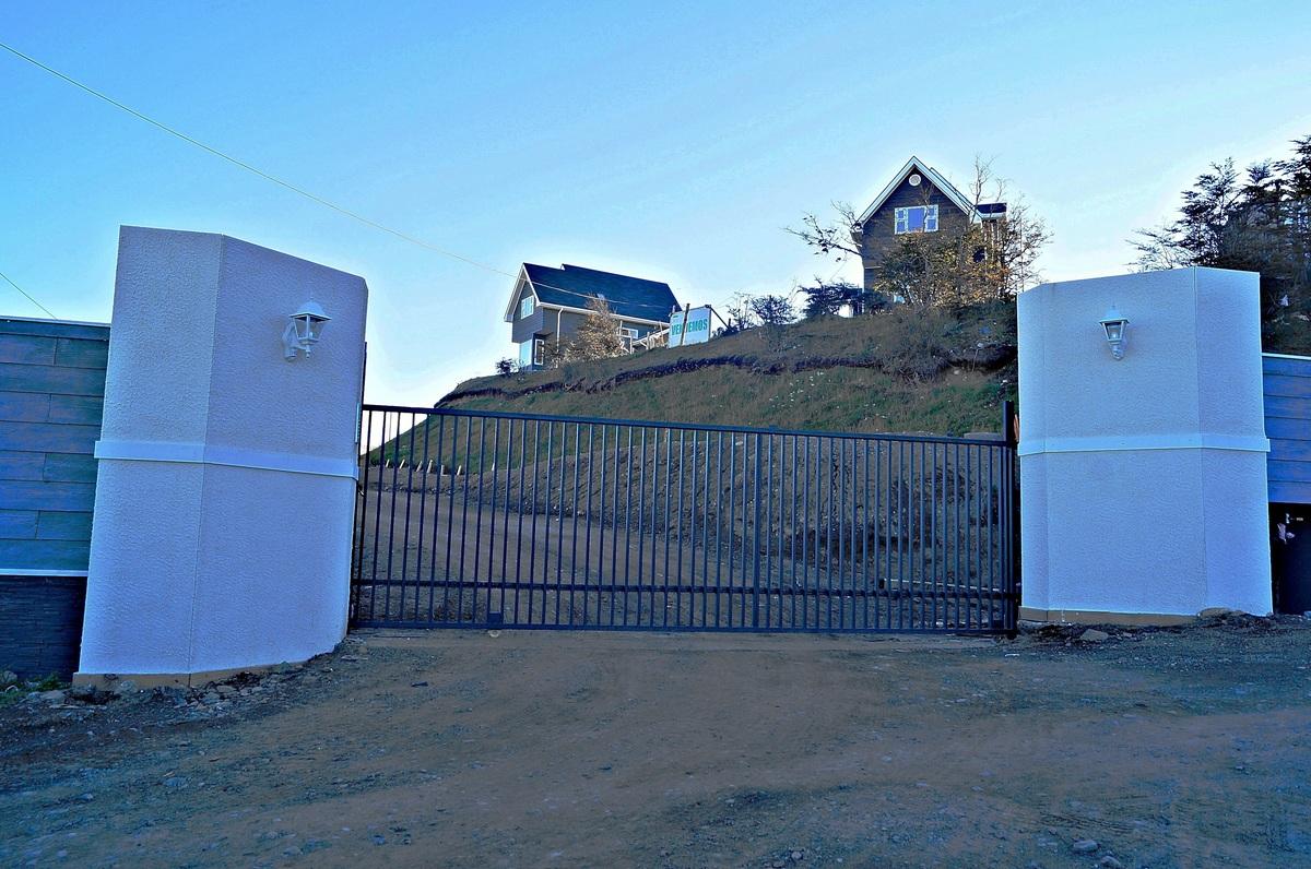 5 de 47: Vista de Acceso al Condominio con Reja Eléctrica y Citófonos