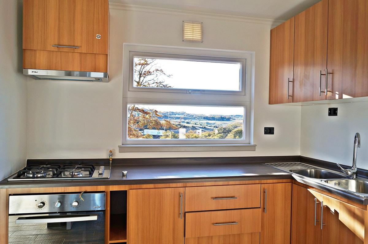 13 de 47: Vista de Cocina y del entorno desde el ventanal al exterior